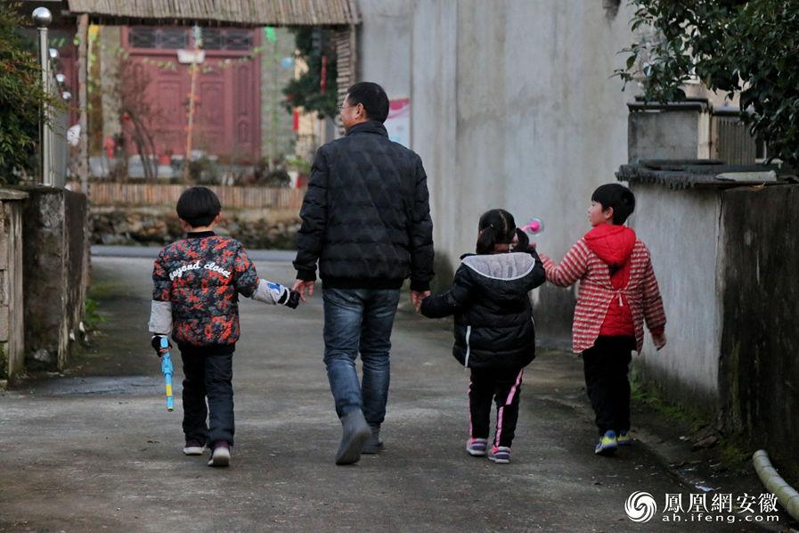 """扎根深山 芜湖王新发26年""""钉""""在乡村教育"""